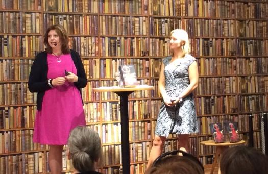Simona blir intervjuad av sin förläggare Karin Linge Nordh